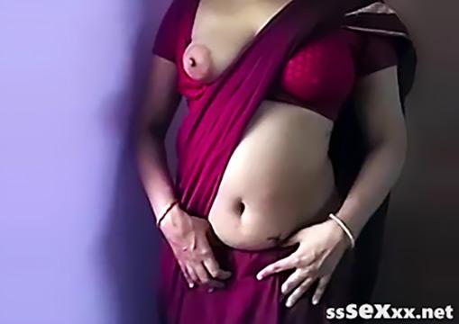 Индийская горничная в сари раздевается и дает потрогать себя