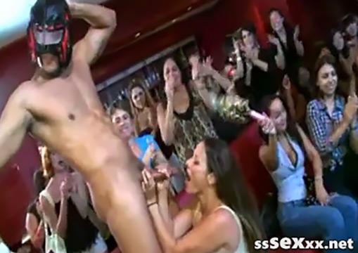 Отвязные девушки сосут член стриптизера на пьяном девичнике