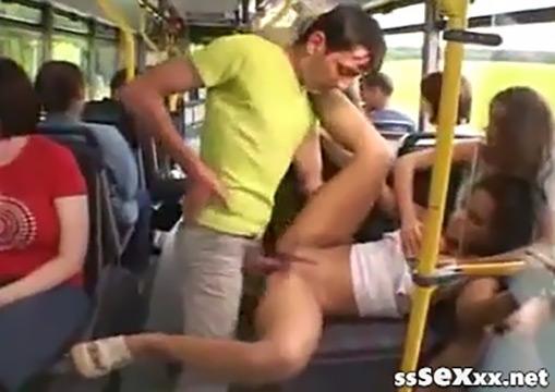 Парочка трахается в автобусе прямо на глазах у всех
