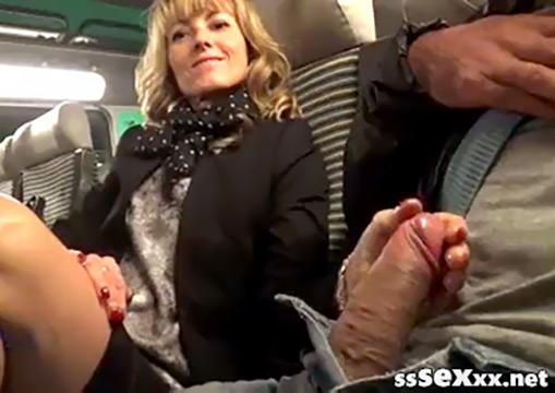 Зрелая блондинка мастурбирует и трахает себя бутылкой в поезде
