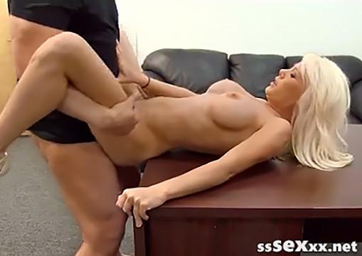 Зрелую сисястую блондинку в вагину и анус на порно пробах